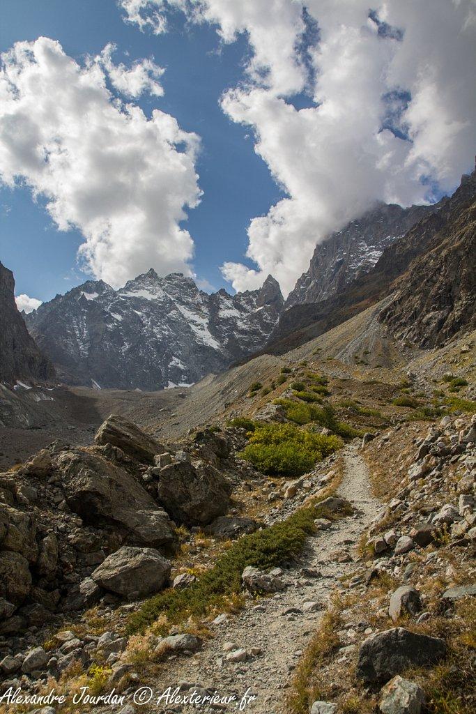 Sentier qui monte le long du Glacier Noir